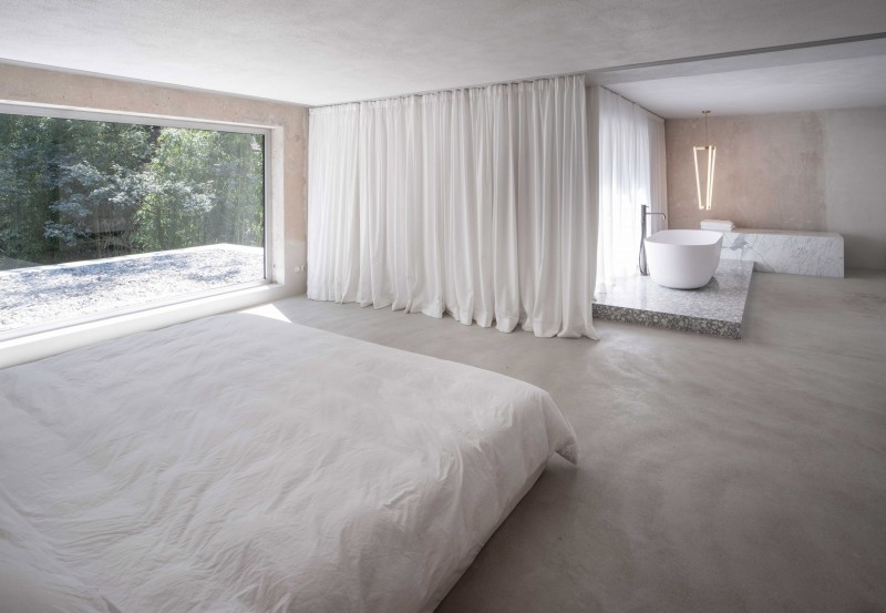 Spatial experience between the bedroom and the open bathroom.