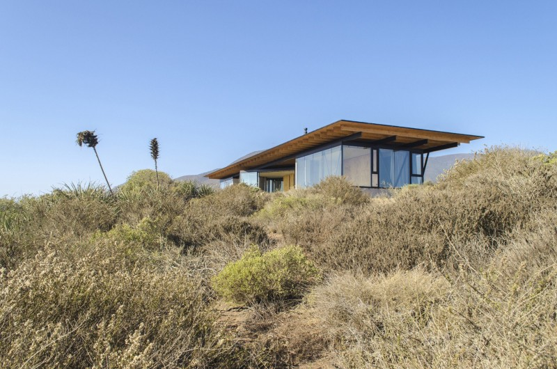 The volumes at the ends correspond to the bedrooms, which open onto the landscape and close with an opaque wall towards the center, building with this the necessary privacy of the bedrooms and the containment of the public area.